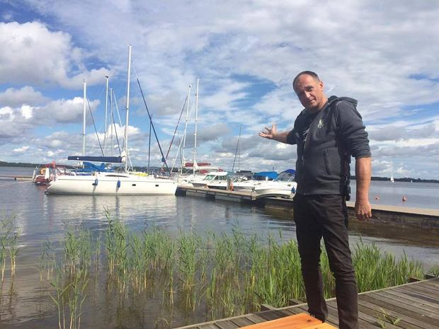Paweł Kukiz z dumą prezentuje swój jacht