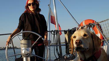 Iwona Chodorowska na łódce z suczką Szakirą