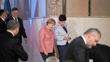 Premier RP Beata Szydło (p) podczas spotkania szefów rządów Grupy Wyszechradzkiej z kanclerz Niemiec Angela Merkel (l)