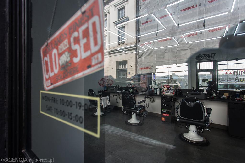 Pandemia koronawirusa. Zamknięty fryzjer w Warszawie, 27 marca 2020