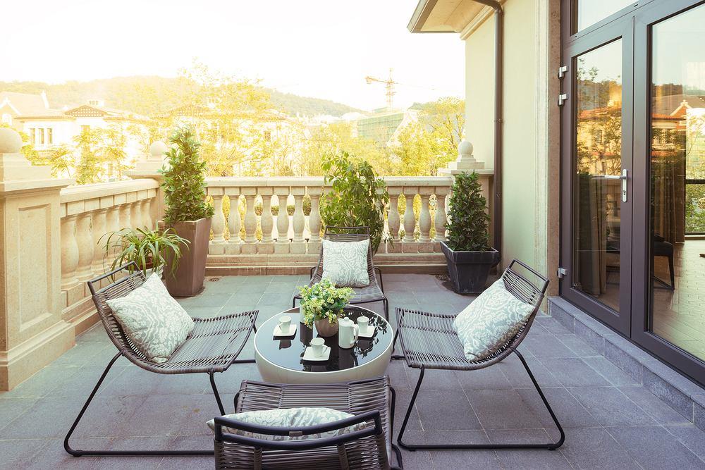 Krzesełka na balkon. Które modele sprawdzą się najlepiej? Zdjęcie ilustracyjne