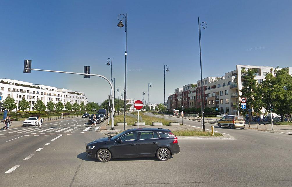 Dyplomata rozbił samochód na słupie w Wilanowie. Odjechał kilka metrów i zasnął za kierownicą