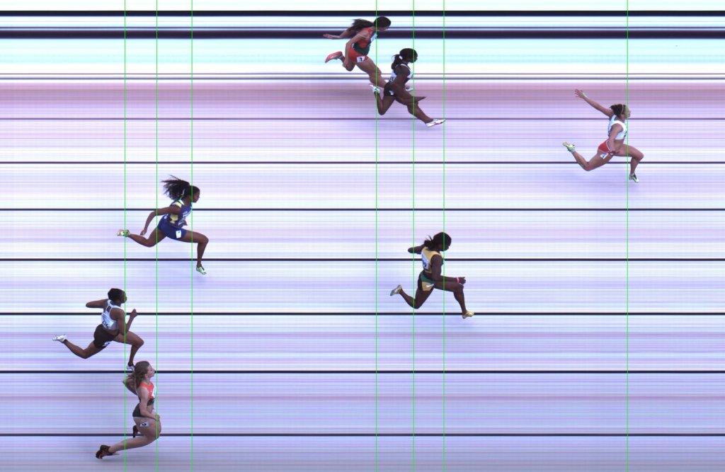 Finisz biegu eliminacyjnego na 100 metrów. Ewa Swoboda mija metą pierwsza z prawej
