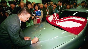 07.10.1997 Warszawa , fabryka FSO na Zeraniu , premier Wlodzimierz Cimoszewicz sklada podpis na pierwszym wyprodukowanym samochodzie Daewoo Lanos