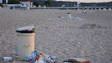 Zaśmiecona plaża w Sopocie