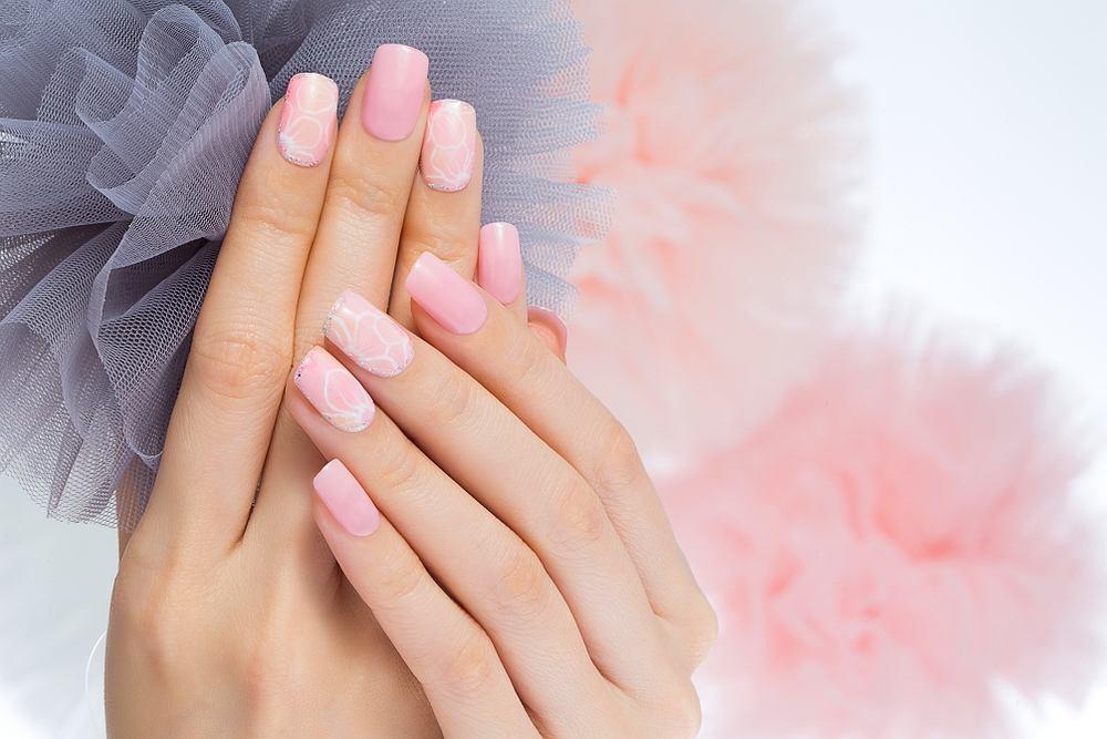 Różowe paznokcie - 5 pomysłów na słodką płytkę. Zdjęcie ilustracyjne