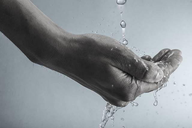 Zatrzymanie wody w organimzie może zwiastować powazne problemy w wątrobą, nerkami bądź sercem