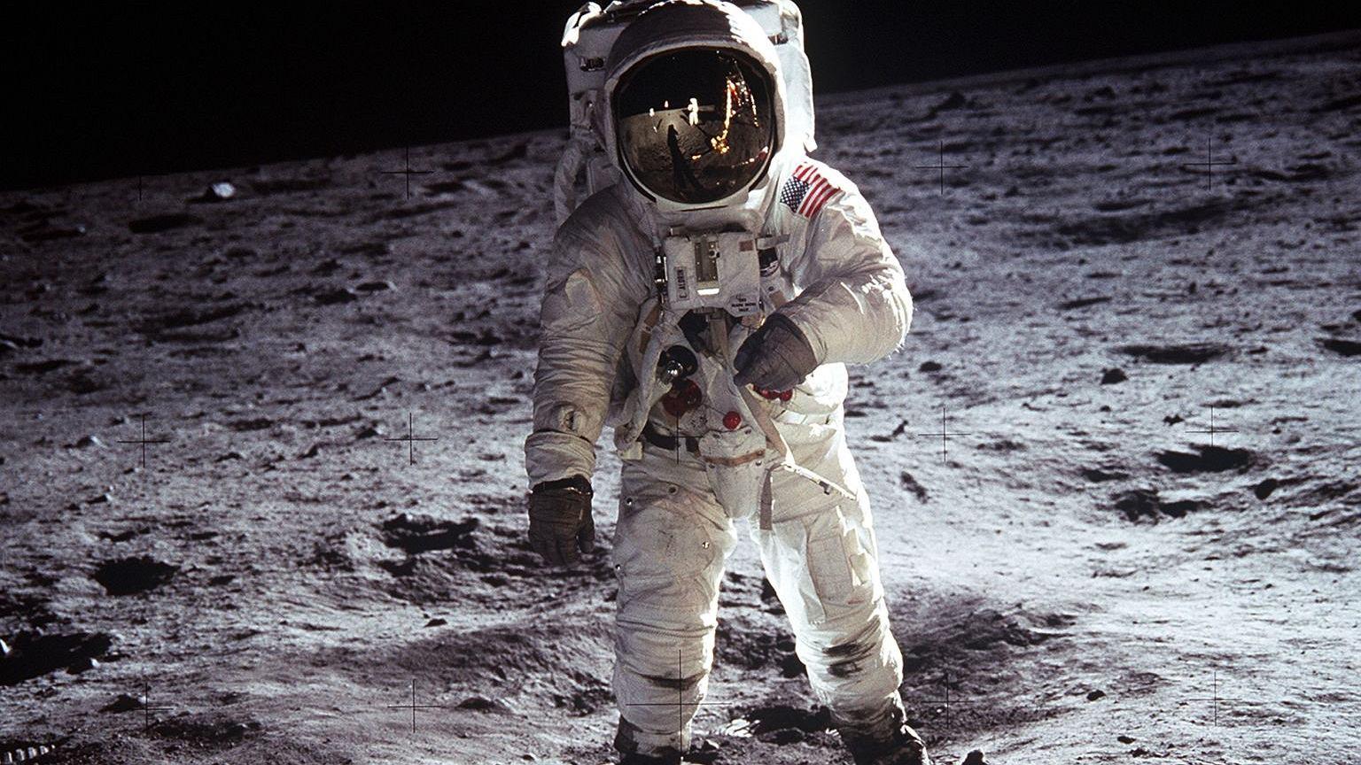 Buzz Aldrin podczas spaceru na księżycu