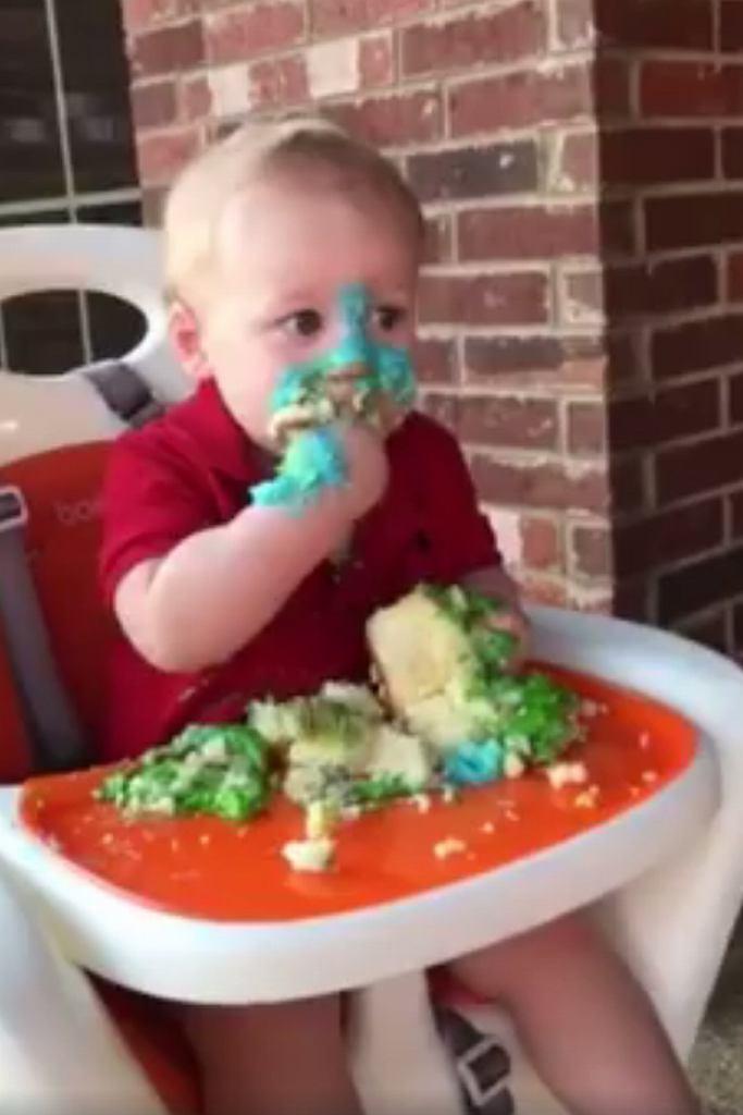 Ten maluch naprawdę kocha torty!
