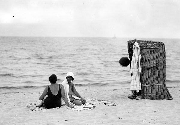 Kosze wiklinowe były popularne w latach dwudziestych na plażach