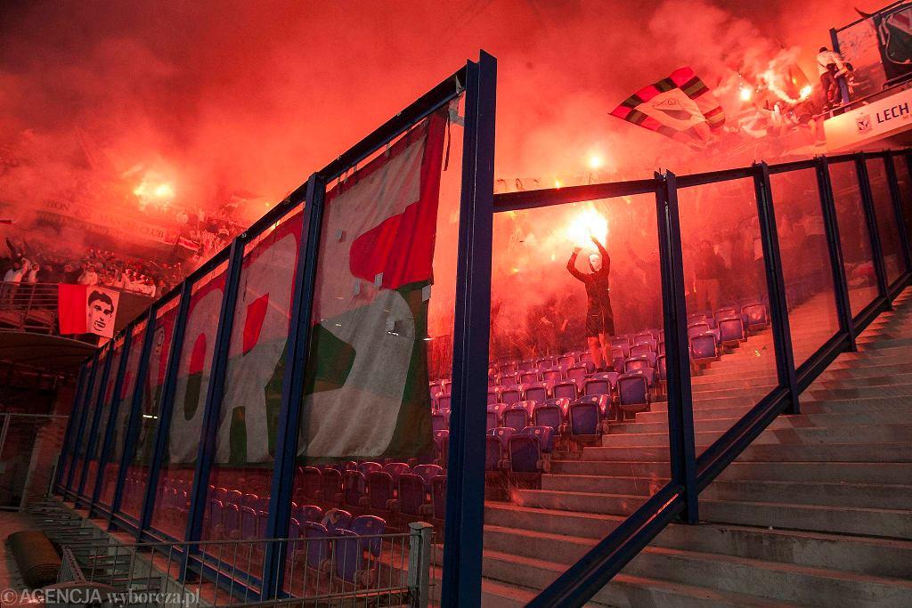 Lech Poznań - Legia Warszawa 0:2. Race odpalone w sektorze gości - kibiców Legii