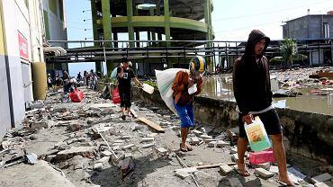 Indonezja - ludzie wynoszą rzeczy ze zniszczonych sklepów