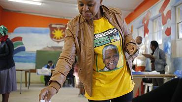 To pierwsze wybory od śmierci Nelsona Mandeli. Na zdjęciu - kobieta oddająca głos w Nyanga niedaleko Cape Town, RPA, ma na sobie koszulkę z wizerunkiem byłego przywódcy
