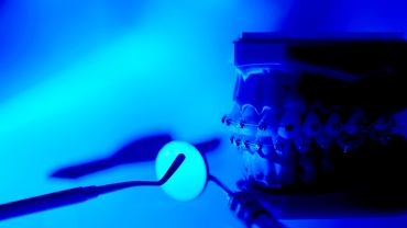 aparat ortodontyczny do prostowania zębów