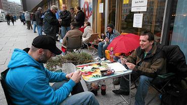 Tłum czeka na możliwość kupienia monet z motywami Euro