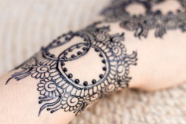 Tatuaż bransoletka o bardzo skomplikowanym wzorze będzie przyciągał mocno uwagę. Zdjęcie ilustracyjne.