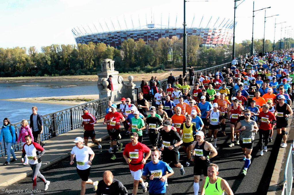 W niedzielę odbył się 34. Maraton Warszawski. Tysiące biegaczy wyruszyło z Mostu Poniatowskiego, by ponad 42 kilometry dalej wpaść na metę zorganizowaną na Stadionie Narodowym. Zobacz zdjęcia z tego wydarzenia.