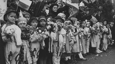 Zdjęcie ilustracyjne. Grupa dzieci w strojach ludowych podczas obchodów Święta Niepodległości, 11 listopada 1938.