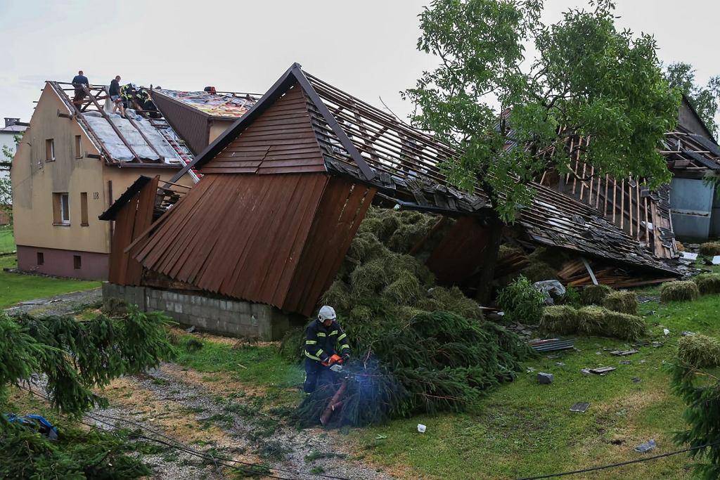 Trąba powietrzna przeszła koło Nowego Sącza. 70 uszkodzonych budynków (fot. PSP)