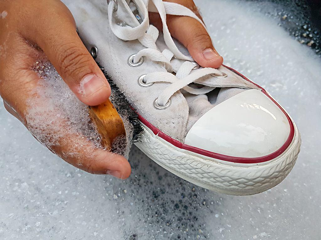 Jak wyczyścić białe buty, by się nie zniszczyły?