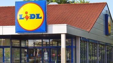 Lidl sprzedaje hitowe klapki za mniej niż 35 zł. Robią furorę! Podobne znajdziesz też w H&M (zdjęcie ilustracyjne)