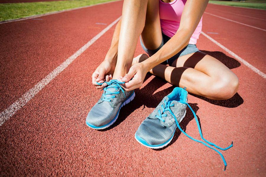 10 niepokojących sygnałów dla biegaczy. Biegacz przed treningiem.
