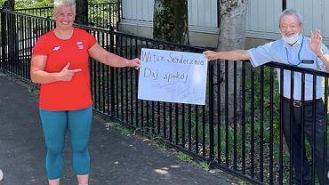 Anita Włodarczyk z kibicem, który wręczył jej zaskakujący transparent. Źródło: Instagram