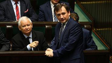Prezes PiS Jarosław Kaczyński i Zbigniew Ziobro - jeszcze w dobrej komitywie na Sali Plenarnej. Warszawa, 8 czerwca 2017