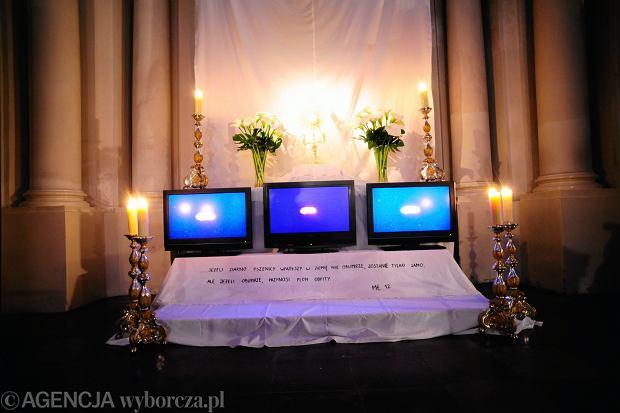 Groby Pańskie. Kościół Wizytek w Warszawie, 2014. Grób Pański z tryptykiem na monitorach