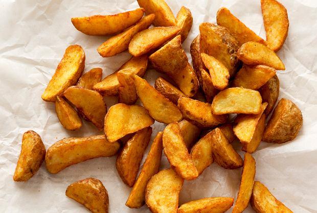 Jak zrobić idealne pieczone ziemniaki? Zanim trafią do piekarnika, przestudź je