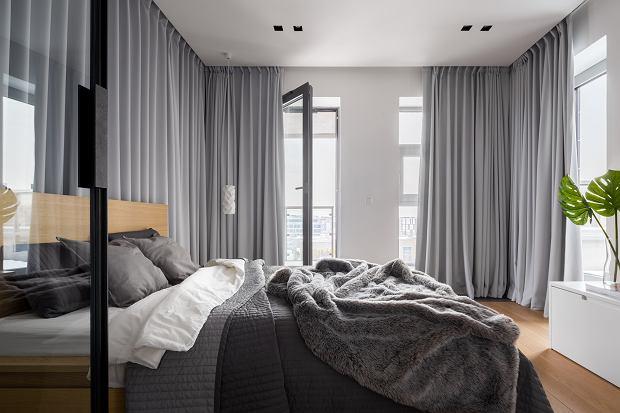 Modne zasłony, które ozdobią salon, kuchnię i sypialnię. Te są teraz top