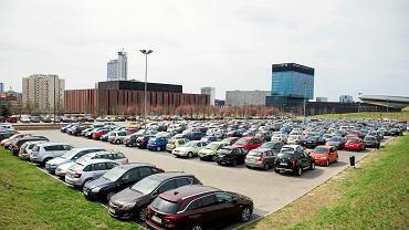 Radny Maciej Biskupski Radny zapytał na swoim facebookowym profilu, czy parkingi w Strefie Kultury powinny być płatne. Równie dobrze można zapytać, czy chcemy być piękni, młodzi i bogaci oraz mieć więcej urlopu