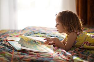 Jak nauczyć dziecko czytać? Na czym polega czytanie globalne i metoda sylabowa?