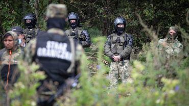 Uchodźcy w Afganistanu i Iraku przetrzymywanie na pasie ziemi niczyjej na granicy polsko białoruskiej. Straż graniczna nie wpuszcza ich do Polski, białoruscy pogranicznicy nie pozwalają im wrócić na Białoruś. Usnarz Górny , 19 sierpnia 2021