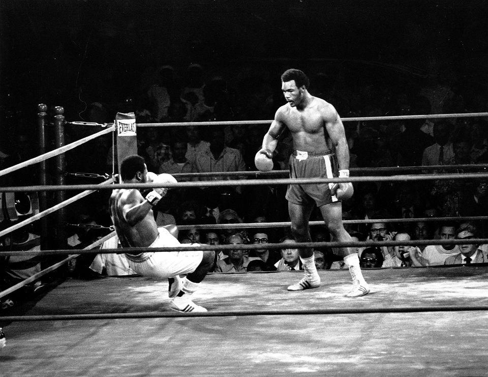 22.01.1973, Kingston, Jamajka, Joe Frazier leży na deskach po ciosie George'a Foremana. Foreman wygrał walkę w dwóch rundach.