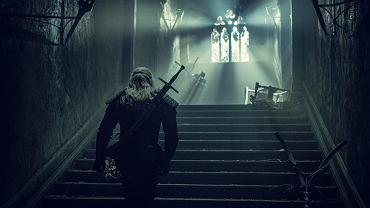 Henry Cavill jako wiedźmin Geralt z Rivii na planie serialu 'Wiedźmin'