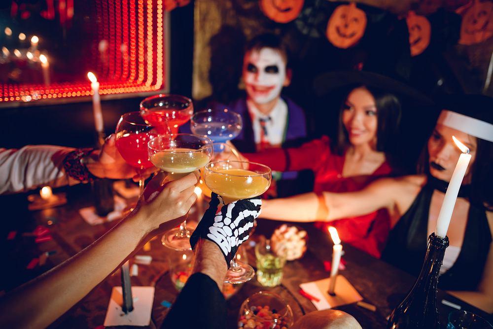 Kolorowe drinki na imprezę halloweenową. Zdjęcie ilustracyjne
