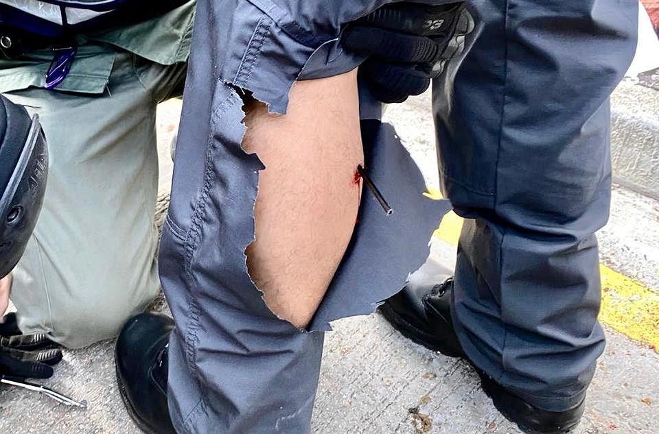 Protesty w Hongkongu. Policjant raniony strzałą