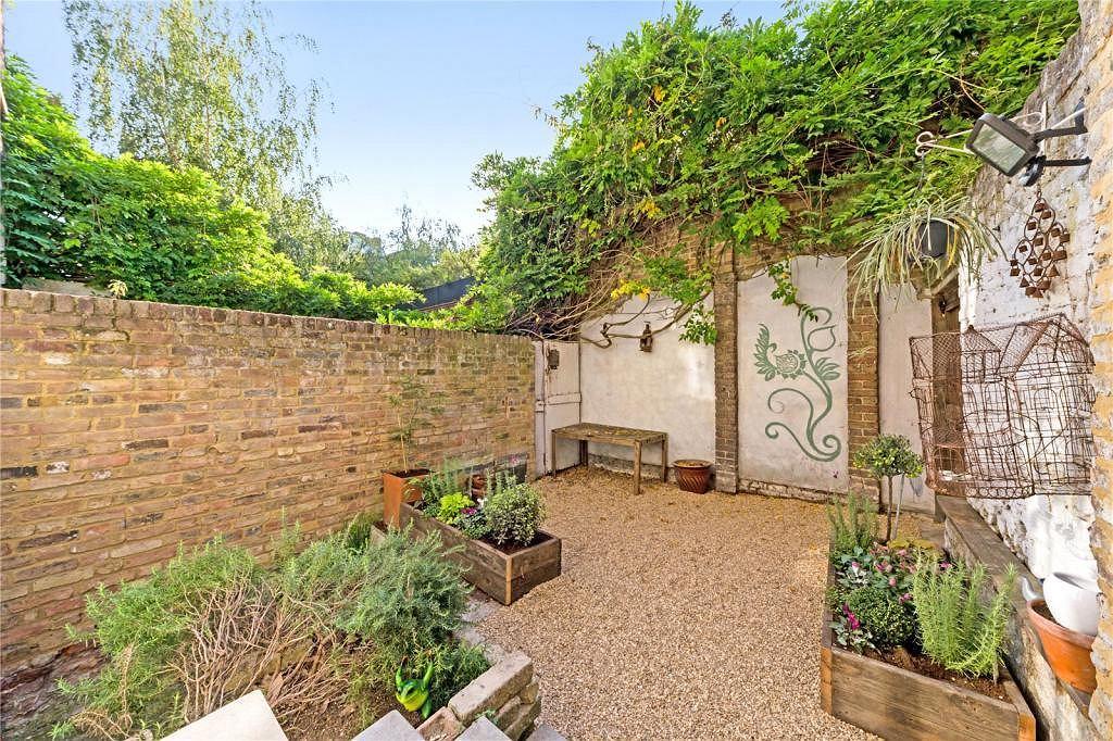 Niewielki ogród, na tyłach posiadłości