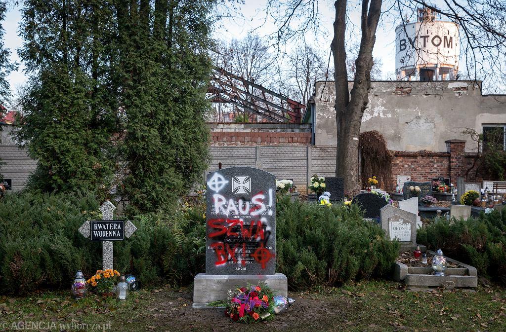 19.11.2019 Bytom, cmentarz przy ul. Powstańców Sląskich. Zdewastowany pomnik żołnierzy niemieckich poległych w I i II wojnie światowej.