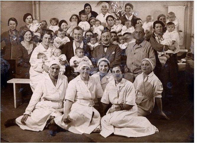 Jan Wedel z dziećmi, obsługą żłobka i matkami, ok. 1935 r.