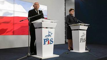 Jarosław Kaczyński i Beata Szydło podczas przedstawienia składu rządu PiS