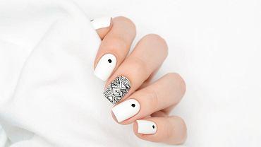 Białe paznokcie można ozdobić wzorkami. Zdjęcie ilustracyjne