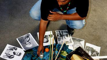 W siedzibie RJOY Gary pokazuje symboliczny krąg tworzony dla byłych więźniów