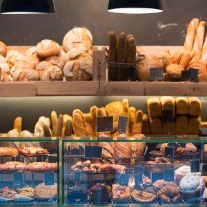 Jeśli chcesz zgubić brzuch, unikaj białego pieczywa oraz wszelkich ciastek. Te drugie zawierają tłuszcze trans, które sterują powstawaniem oponki