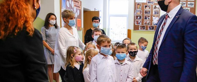 """Dzieci spotkały się z Czarnkiem, gdy ten odwiedził szkołę. """"W maseczkach"""""""