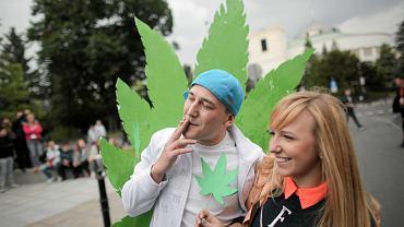 O godz. 16.20 manifestanci zapalili jointy za zatrzymanych i skazanych za posiadanie marihuany
