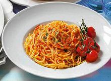 Spaghetti z sosem pomidorowym i kurczakiem - ugotuj
