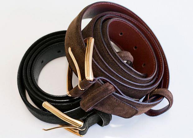 Brązowy pasek pasuje do brązowych i wiśniowych butów, czarny do czarnych. Źle dobrany pasek może zepsuć całą stylizację