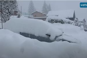 Zima w Alpach pokazała, co potrafi. Gigantyczne zaspy, samochody ledwo widać spod śniegu